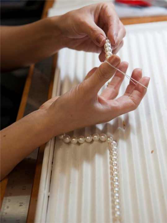 Knotting pearls